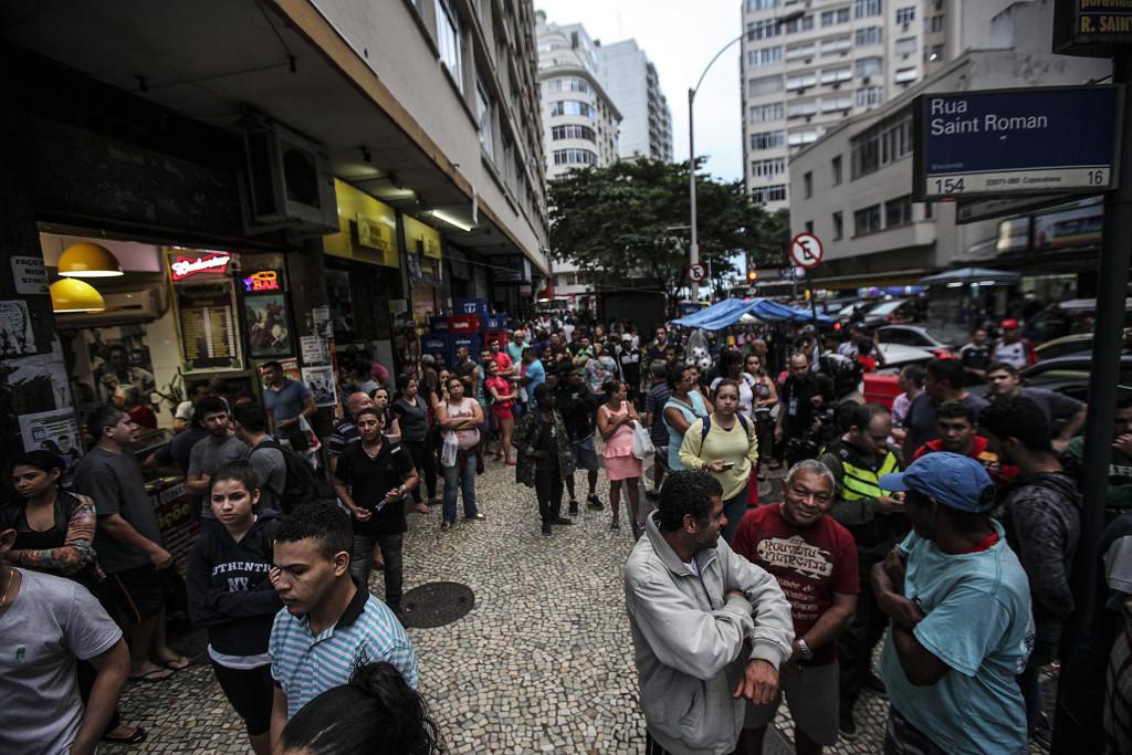 BRA204. RÍO DE JANEIRO (BRASIL), 12/06/2017.- Residentes de la favela Pavão-Pavãozinho esperan el término de un tiroteo entre la policía brasileña y narcotraficantes para poder llegar a sus residencias hoy, lunes 12 de junio de 2017, durante un operativo en la favela Pavão-Pavãozinho, en el barrio de Copacabana, Río de Janeiro (Brasil). EFE/Antonio Lacerda