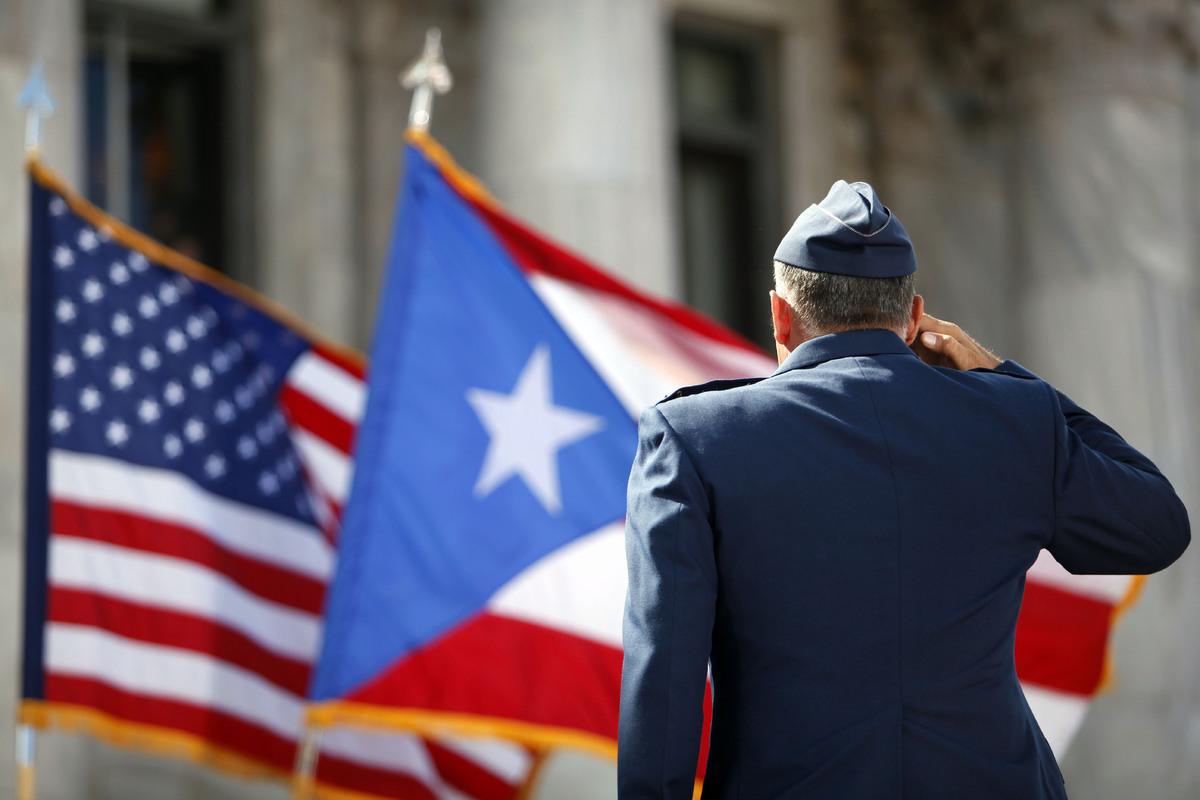 Un-miembro-de-la-Guardia-de-Honor-del-Ejército-de-EE.UU_.-rinde-homenaje-a-las-banderas-de-Puerto-Rico-y-Estados-Unidos