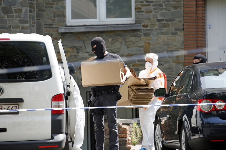 """Forensic police carry boxes on June 21, 2017 in Brussels' district of Sint-Jans-Molenbeek (aka Molenbeek-Saint-Jean) as they search the house of the suspected bomber, who was shot dead the day before after carrying out a foiled terrorist attack with a nail bomb at Brussels Central station.  The 36-year-old man, identified only as O.Z, shouted """"Allahu Akbar"""" and tried to detonate a suitcase in a group of passengers at Brussels Central station before a soldier shot him dead on June 20, 2017. The suspect, from the largely immigrant Brussels neighbourhood of Molenbeek which has been linked to a number of previous attacks, was not known to police for terrorism offences.  / AFP PHOTO / Belga / BRUNO FAHY / Belgium OUT"""
