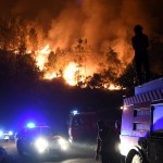 Firefighters arrive on the site to extinguish a wildfire in Colmeal, near Gois on the night of June 21, 2017.  The huge forest fire that erupted on June 17, 2017 in central Portugal killed at least 64 people and injured 135 more, with many trapped in their cars by the flames. / AFP PHOTO / FRANCISCO LEONG