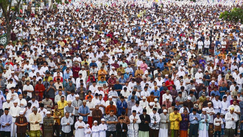 Musulmanes indonesios celebran el Eid Al-Fitr en Surabaya