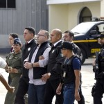 Javier Duarte (C), former governor of the Mexican state of Veracruz, is taken under custody to board an aircraft to be extradited to Mexico, in Guatemala City, on July  17, 2017.  Duarte is one of several Mexican ex-governors under arrest for corruption, fraud, money laundering or links to organized crime. / AFP PHOTO / JOHAN ORDONEZ
