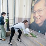 People lay flowers and light candles infront of a photo of Nobel peace laureate Liu Xiaobo who died July 13, 2017 outside the Nobel´s Peace center in Oslo, Norway.    / AFP PHOTO / NTB scanpix AND NTB Scanpix / Audun BRAASTAD / Norway OUT