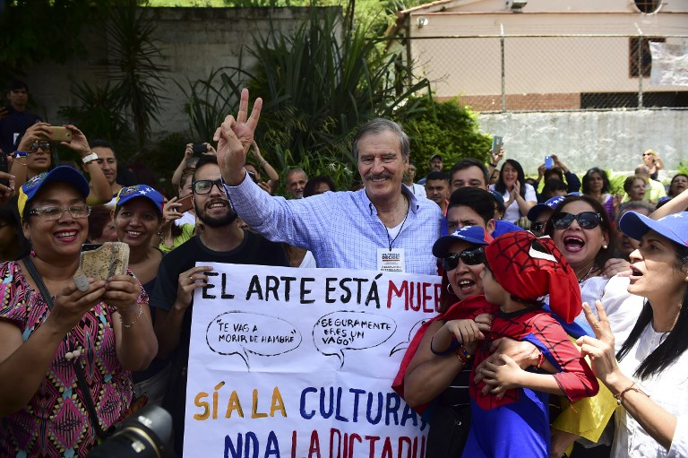 Former Mexican president Vicente Fox (C), named by the Venezuelan opposition as an observer to the opposition-organized vote to measure public support for Venezuelan President Nicolas Maduro's plan to rewrite the constitution, is pictured at a polling station in Caracas on July 16, 2017. Authorities have refused to greenlight the vote that has been presented as an act of civil disobedience and supporters of Maduro are boycotting it. Protests against Maduro since April 1 have brought thousands to the streets demanding elections, but has also left 95 people dead, according to an official toll.  / AFP PHOTO / Ronaldo SCHEMIDT