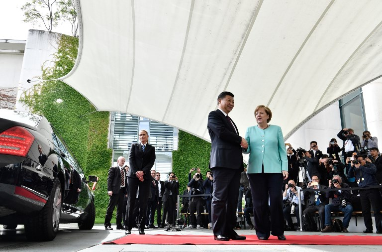 German Chancellor Angela Merkel welcomes China's President Xi Jinping at the Chancellery in Berlin on July 5, 2017. / AFP PHOTO / John MACDOUGALL