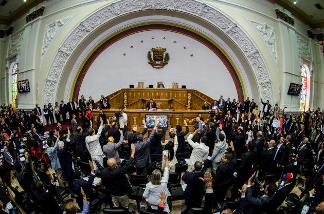 CAR116. CARACAS (VENEZUELA), 05/01/2016.- Diputados toman juramento de sus cargos durante la instalación de la Asamblea Nacional hoy, martes 5 de enero de 2016, en Caracas (Venezuela). EFE/Miguel Gutiérrez