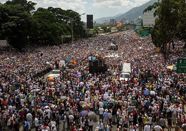 CAR08. CARACAS (VENEZUELA), 20/05/2017.- Centenares de personas participan en una manifestación hoy, sábado 20 de mayo de 2017, en Caracas (Venezuela). La oposición venezolana se concentra hoy en las principales vías del país como parte de la agenda de protestas que se desarrolla desde hace mes y medio en Venezuela. EFE/MIGUEL GUTIÉRREZ