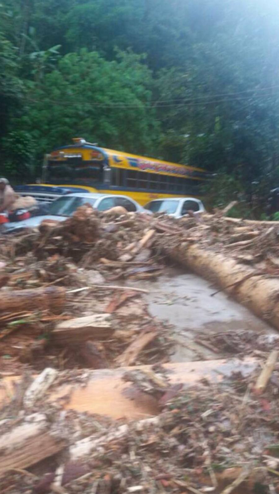 Desbordamiento del río Las Mercedes en Choroni deja un muerto y desaparecidos