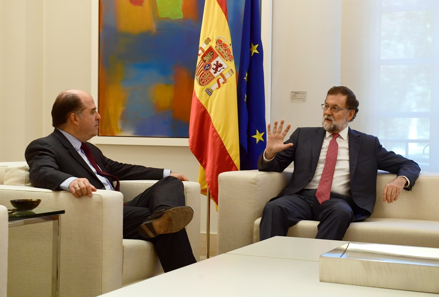 Spanish Prime Minister Mariano Rajoy (R) talks with the president of the Venezuelan Parliament, Julio Borges, during their meeting at La Moncloa palace in Madrid, on September 5, 2017. / AFP PHOTO / PIERRE-PHILIPPE MARCOU