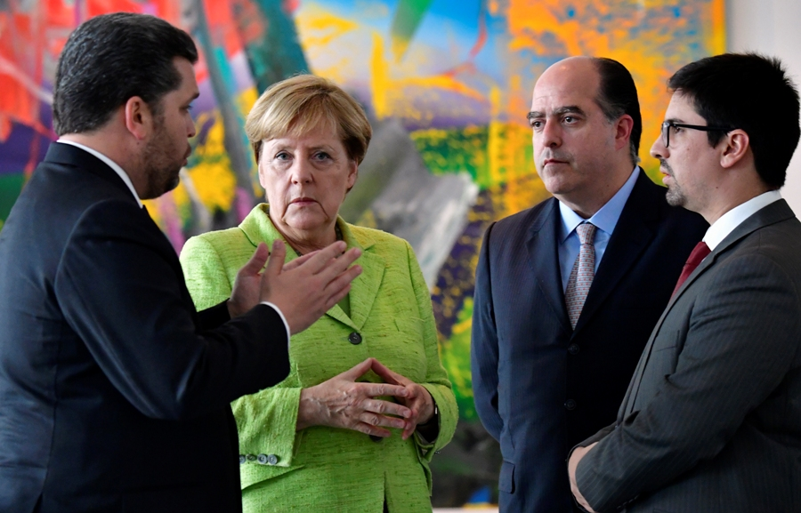 German Chancellor Angela Merkel (C) receives Venezuelan President of the Parliament Julio Andres Borges (2ndR) and his Vice-President Freddy Guevara (R) to discuss internal politics and human rights in Venezuela at the chancellery in Berlin on September 6, 2017.  / AFP PHOTO / POOL / TOBIAS SCHWARZ