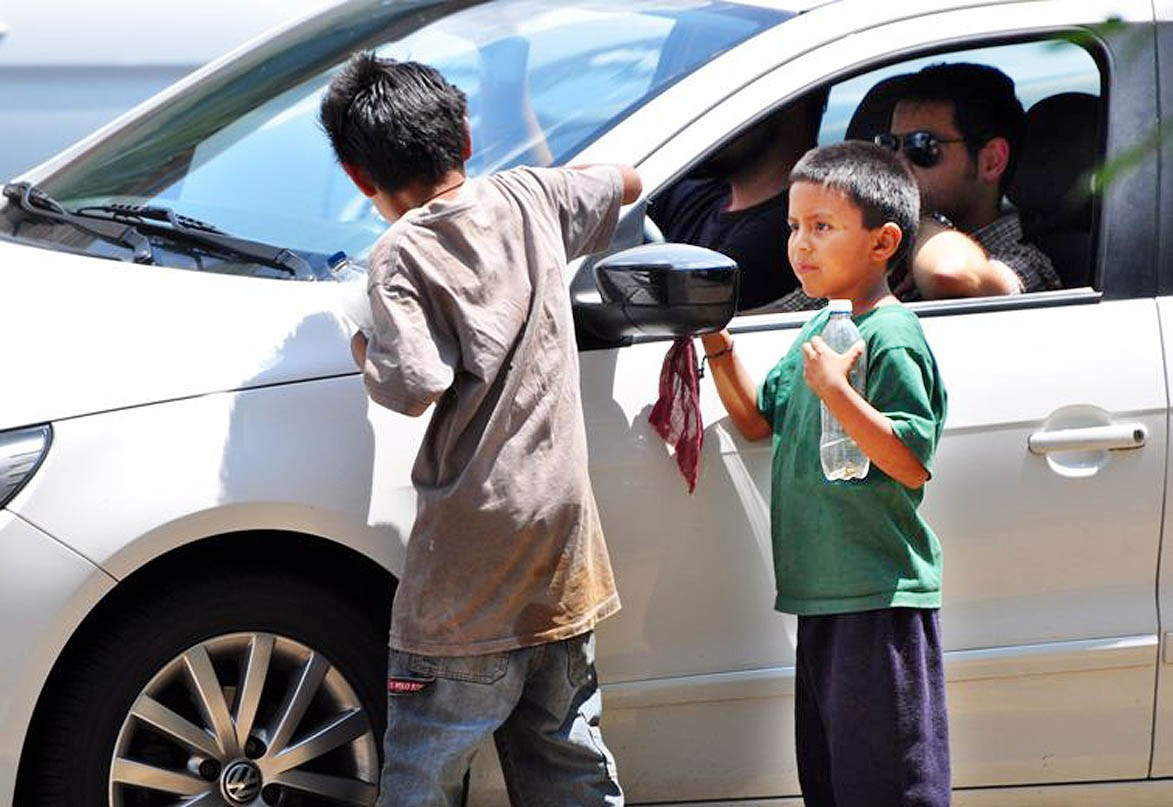 Morelia, Mich., 17 de junio de 2012.- Actualmente en Morelia se han detectado 152 infantes que laboran en los cruceros de la ciudad y entre 16 y 18 familias instaladas en los mismos, los menores vulnerables presentan problemas como la drogadicción, el alcoholismo, los embarazos prematuros o incluso la posible captación por parte del crimen organizado. Fot La jOnrada Michoacan