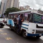 CAR01. CARACAS (VENEZUELA), 27/06/2014.- Un grupo de personas viaja en un autobús debido a la falta de funcionamiento del metro hoy, viernes 27 de junio del 2014, en la ciudad de Caracas (Venezuela). Un apagón dejó hoy sin servicio eléctrico a varias ciudades del occidente y el centro del país, incluida Caracas, por un fallo en una de las unidades de generación de energía cuando se realizaban unos trabajos de reparación en una línea de transmisión. EFE/MIGUEL GUTIERREZ