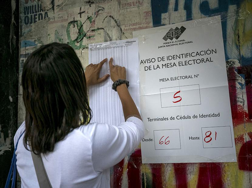 GRA117. CARACAS (VENEZUELA), 15/10/2017 - Varias personas asisten a un centro de votación hoy, 15 de octubre de 2017, en Caracas (Venezuela). Los centros de votación en Venezuela comenzaron hoy a abrir sus puertas a las seis de la mañana hora local (10.00 GMT), como estaba previsto, para atender a los ciudadanos que están llamados a participar en la elección de los 23 gobernadores del país caribeño. EFE/Miguel Gutiérrez