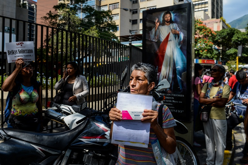 Activists take part in an anti-government demonstration protesting for the shortage of medicaments in Caracas on November 20, 2017. / AFP PHOTO / FEDERICO PARRA