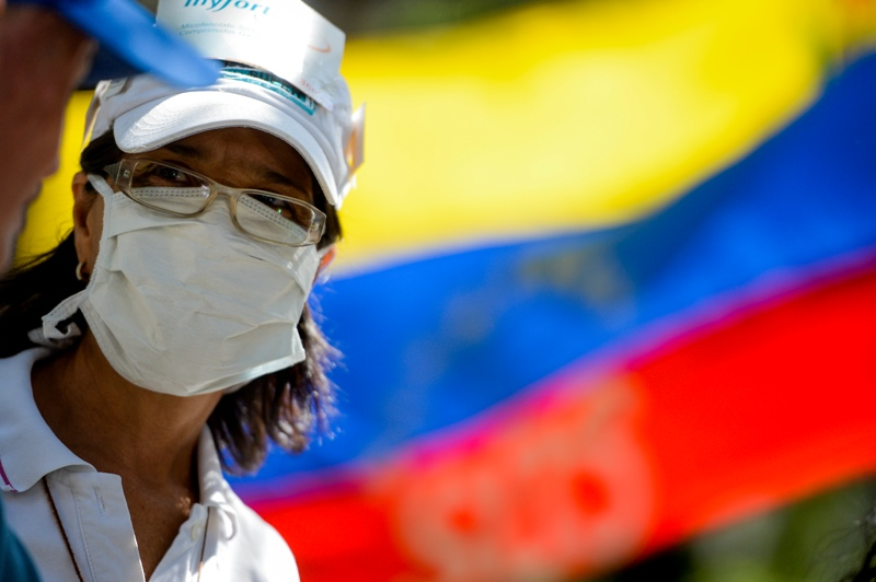 An activist takes part in an anti-government demonstration protesting for the shortage of medicaments in Caracas on November 20, 2017. / AFP PHOTO / FEDERICO PARRA