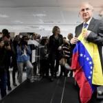 El ex alcalde de Caracas Antonio Ledezma sostiene una bandera venezolana antes de dar una conferencia de prensa en Madrid / Foto: AFP