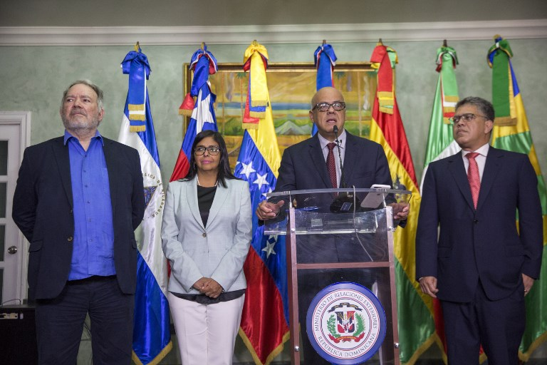 (L-R) Venezuelan diplomat Roy Chaderlan, the president of the Venezuelan Constituent Assembly Delcy Rodriguez, the mayor of the Libertador municipality in Caracas and leader of the pro-government United Socialist Party of Venezuela Jorge Rodriguez, and Venezuelan Education Minister Elias Jaua speak at a press conference after the meeting with the Venezuelan opposition at the Dominican Ministry of Foreign Affairs in Santo Domingo on December 2, 2017.  Amid marked scepticism Nicolas Maduro's government representatives and members of the Venezuelan opposition resumed negotiations on the eve aimed at finding a solution to the deep crisis installed in the country.  / AFP PHOTO / Erika SANTELICES