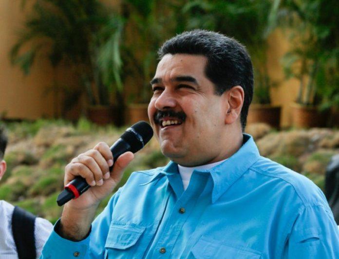 Maduro-riendose-1-696x533