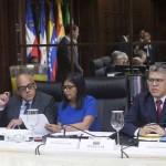 STO06. SANTO DOMINGO (REPÚBLICA DOMINICANA), 01/12/2017.- La presidenta de la oficialista Asamblea Nacional Constituyente (ANC), Delcy Rodríguez (c); el ministro de Educación, Elías Jaua (d) y el ministro de Comunicación y Cultura, Jorge Rodríguez (i), participan hoy, viernes 1 de diciembre de 2017, en una reunión entre representantes del gobierno y la oposición de Venezuela, en un nuevo proceso de diálogo y búsqueda a una salida a la grave crisis política y económica que atraviesa el país, en Santo Domingo (República Dominicana). EFE/Orlando Barría