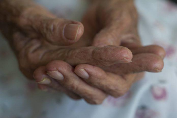 manos-ancianas-696x463
