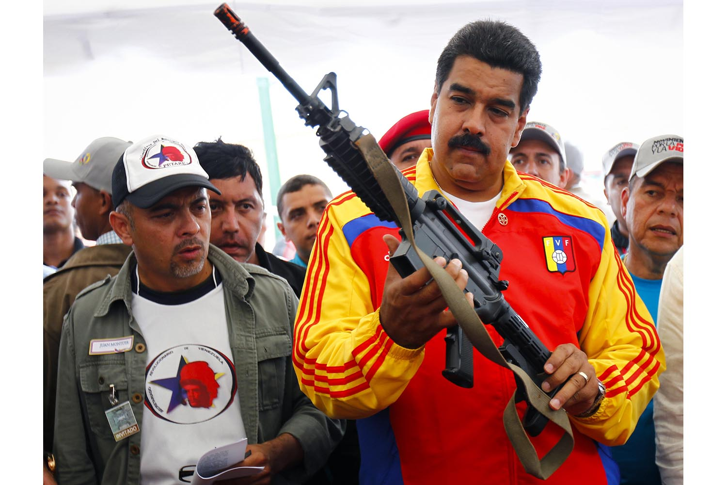 Venezuela's President Nicolas Maduro holds a weapon during a public destruction of confiscated weapons in Caracas August 8, 2013. REUTERS/Carlos Garcia Rawlins (VENEZUELA - Tags: POLITICS CRIME LAW) - RTX12EA9
