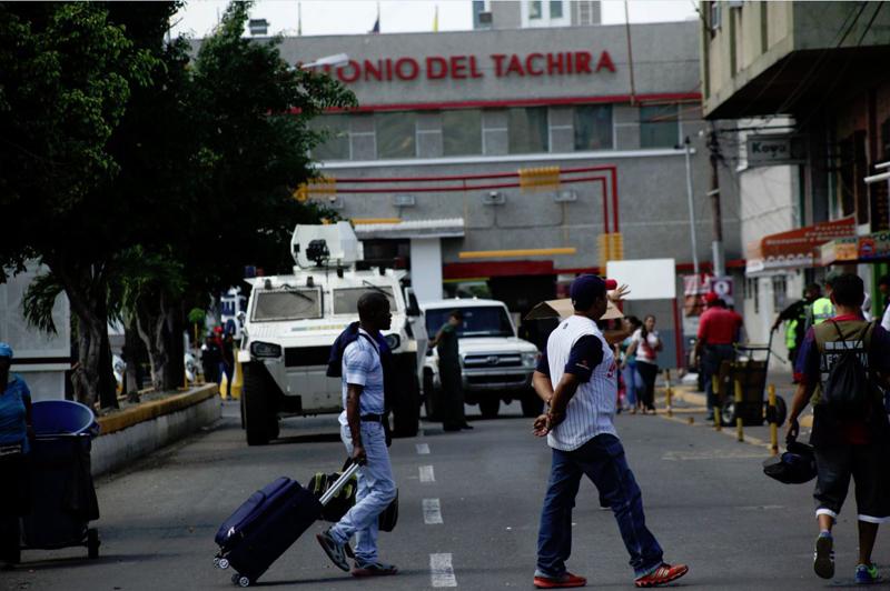 Calles y cementerio de San Antonio del Táchira albergan a venezolanos que buscan salir del país