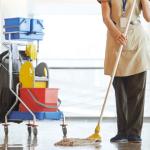 Mujer-de-la-limpieza-limpiando-una-oficina-con-un-carro-de-limpieza