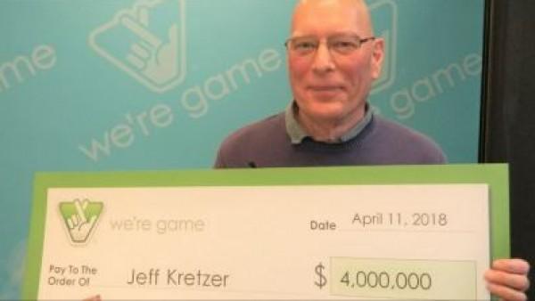 Foto: Jeff Kretzer, con su cheque de 4 millones de dólares. CBS