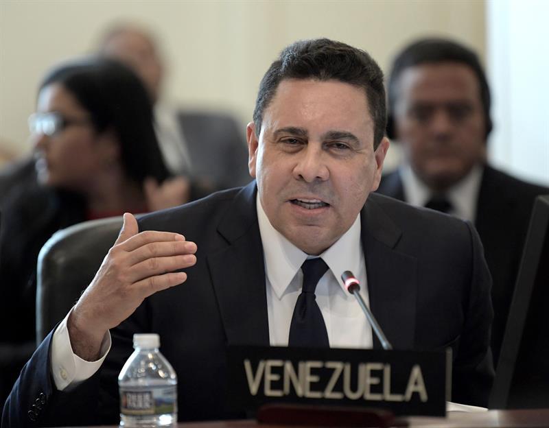 """Samuel Moncada, embajador del gobierno bolivariano ante la Organización de los Estados Americanos, calificó la sesión extraordinaria de este lunes como un """"ejercicio de hipocresía"""" y un """"teatro montado"""", a propósito del debate sobre la crisis humanitaria en el país.  LaPatilla.com  Aseguró que la sesión es una """"repetición"""" de las que hubo en 2017 sobre Venezuela. A su juicio, en el país no hay crisis humanitaria porque no ha ocurrido una """"catástrofe"""".  Moncada señaló que lo que busca la comunidad internacional es la disolución del Estado mediante la implementación de un canal humanitario: """"Nosotros veremos cómo resolvemos nuestra crisis"""".  """"Lo que pretenden establecer es que en Venezuela hay un Estado fallido y hay que tutelarla (…) Van a justificar mayores sanciones para suplantar al Estado venezolano"""", agregó.      por Taboola Enlaces Patrocinados Te Recomendamos Personas Famosas Que Murieron Y Nadie Nota Su Ausencia LawyersFavorite 50 Celebridades Que Han Perdido Mucho Peso MedicareGranny El auto de Rihanna hace que el Bugatti se vea como un Super Trolley LoanPride No podrás creer cómo Michael J. Fox se ve ahora LawyersFavorite No podrás creer cómo Bo Derek se ve ahora Miss Penny Stocks 5 Books That Will Change Your Life Blinkist      EFE/Lenin Nolly"""