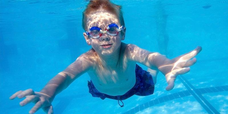Video capta el momento en que niño es succionado por la tubería de una piscina