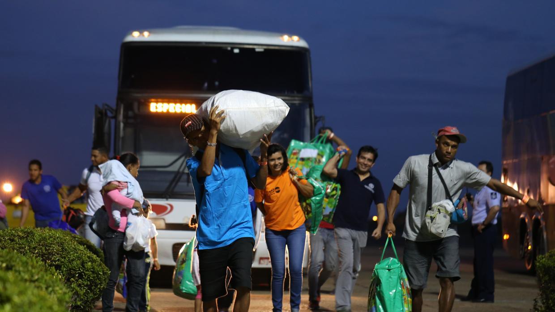 Venezolanos llegan al aeropuerto de Boa Vista en Brasil - EFE