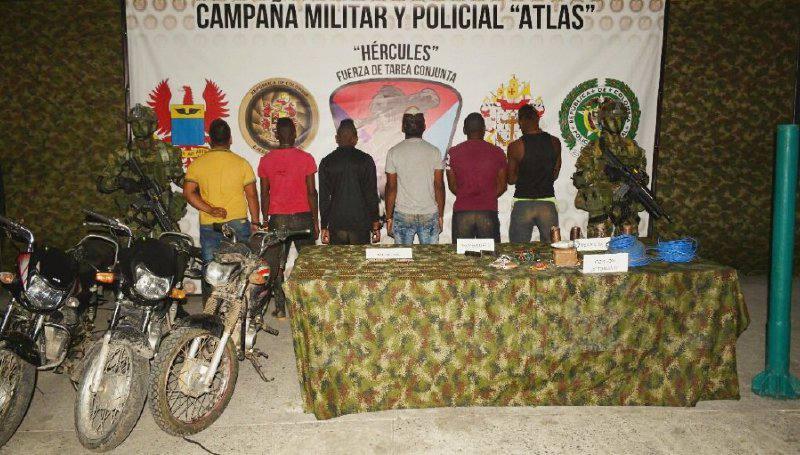 Los militares de Colombia presentaron ayer a los seis detenidos que están ligados a la banda de Guacho. /  Cortesía: El Universal