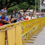 CUC201. C⁄CUTA (COLOMBIA), 21/05/2018.- Ciudadanos venezolanos ingresan a Colombia por el puente internacional SimÛn BolÌvar hoy, lunes 21 de Mayo de 2018, en C˙cuta (Colombia). La frontera de Colombia con Venezuela reabriÛ hoy con normalidad despuÈs del cierre del fin de semana ordenado por el Gobierno del paÌs vecino por las elecciones presidenciales el domingo. El paso de ciudadanos por el principal cruce fronterizo entre los dos paÌses, el puente internacional SimÛn BolÌvar, era hoy similar al de los ˙ltimos meses, sin un aumento notorio de movimiento de personas. EFE/SCHNEYDER MENDOZA
