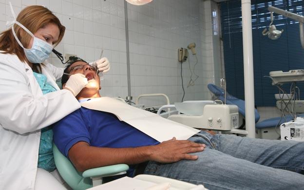 MARACAIBO VENEZUELA 20/01/2011 ZULIA SALUD EN LA MANANA DE HOY EL HOSPITAL CHIQUINQUIRA EN SU SEGUNDO INAGURO EL SERVICIO DE ODONTOLOGIA QUE FUNCIONARA DE LUNES A VIERNES DE OCHO DE LA MANANA Y HASTA LA UNA DE LA TARDE ESTE SERVICIO SE ENCARGA DE ATENDER A LA POBLACION DE ESCASOS RECURSOS ECONOMICOS DE ESTA BARRIADA POPULOSA EN LA FOTO ASPECTO GENERAL DE LA ODONTOLOGO ATENDIENTO A UNA PACIENTE FOTOGRAFIA DE REFERENCIA