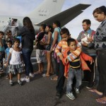 Venezolanos esperan para ingresar a un avión en el aeropuerto de Boa Vista-EFE