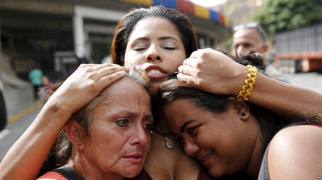 Familiares de presos políticos esperan su liberación frente a la prisión Helicoide en Caracas, Venezuela, el 1 de junio de 2018.