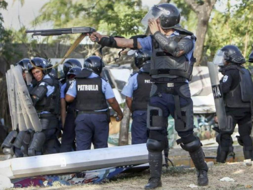 Como thriller de terror: Policías en Nicaragua celebran brutal ataque a opositores (Vídeo)