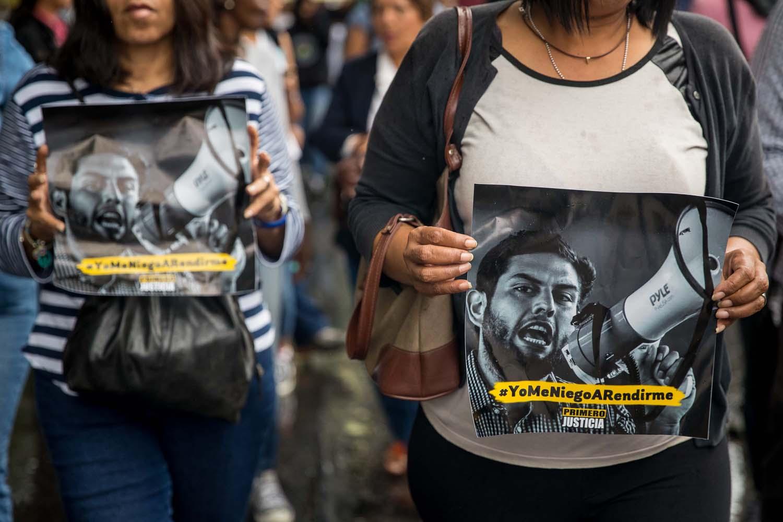CAR03. CARACAS (VENEZUELA), 10/08/2018.- Integrantes del Movimiento Estudiantil, políticos y civiles participan en una marcha en apoyo al diputado detenido Juan Requesens hoy, viernes 10 de agosto de 2018, hacia la sede de la Organización de los Estados Americanos (OEA), en Caracas (Venezuela). Requesens se encuentra detenido debido a su presunta participación en un ataque contra el presidente Nicolás Maduro el fin de semana pasado. EFE/Miguel Gutiérrez