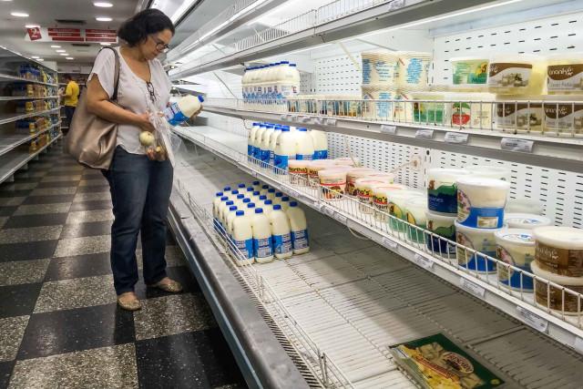 CAR07. CARACAS (VENEZUELA), 12/09/2018.- Una mujer busca productor en un supermercado hoy, miércoles 12 de septiembre del 2018, en Caracas (Venezuela). La actividad económica venezolana se contrajo 50,61 % desde que el presidente, Nicolás Maduro, asumió el cargo en 2013, según informó hoy la Comisión de Finanzas de la Asamblea Nacional (AN, Parlamento) que controla la oposición. EFE/MIGUEL GUTIÉRREZ