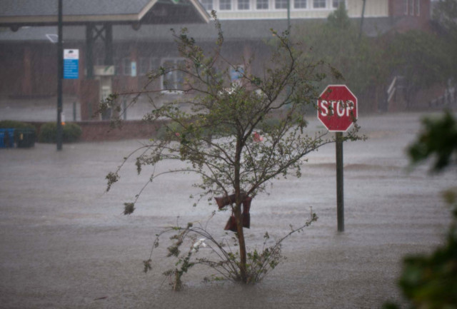 Flood waters rise up from the Neuse River in New Bern, North Carolina on September 14, 2018 during Hurricane Florence.  Logan Cyrus for AFP Florence smashed into the US East Coast Friday with howling winds, torrential rains and life-threatening storm surges as emergency crews scrambled to rescue hundreds of people stranded in their homes by flood waters. Forecasters warned of catastrophic flooding and other mayhem from the monster storm, which is only Category 1 but physically sprawling and dangerous. / AFP PHOTO / Logan Cyrus