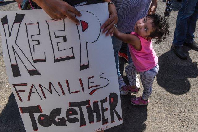 Personas participan en una protesta contra la reciente política de inmigración estadounidense de separar a los niños de sus familias cuando ingresan al país como inmigrantes indocumentados, frente a una instalación de Seguridad Nacional en Elizabeth, Nueva Jersey, Estados Unidos, 17 de junio del 2018. REUTERS/Stephanie Keith
