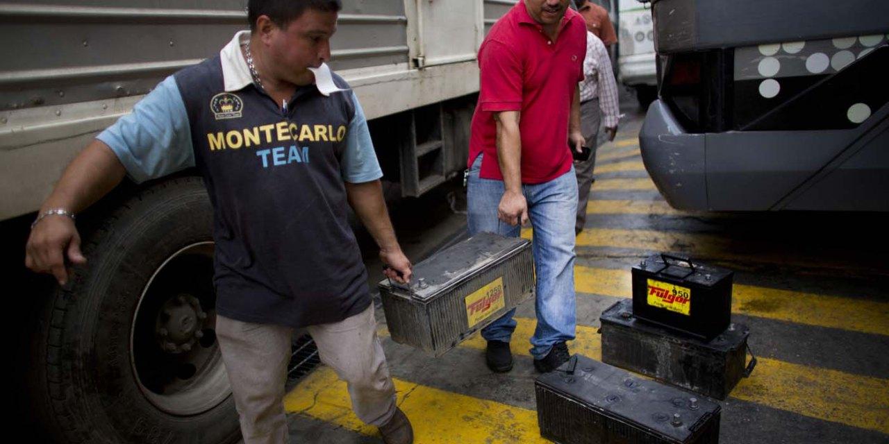 Venezolanos necesitan cinco sueldos mínimos para comprar una batería para carros