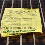 Pancarta de Greenpeace colgada en las torres de Colón de Madrid. PIERRE-PHILIPPE MARCOU AFP