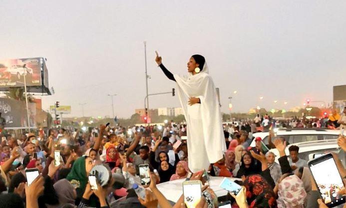 La imagen que se volvió símbolo de las protestas del 2019 contra Omar Bashir