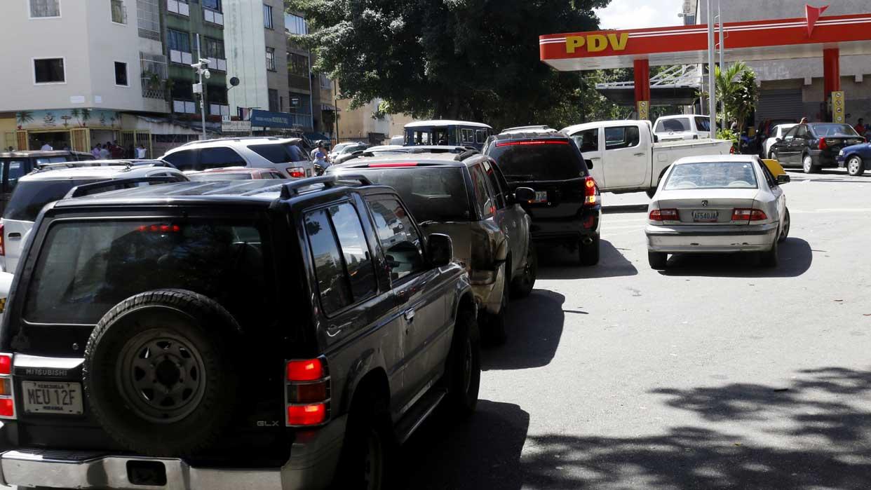 Regresaron las largas colas para echar gasolina en gran parte de Venezuela