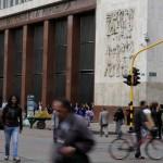Foto de archivo. Gente camina frente a la sede del Banco de la República (Banco Central) de Colombia en Bogotá, 20 de agosto, 2014. REUTERS/John Vizcaino